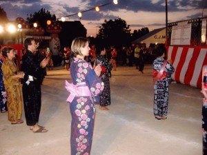 スペイン人も喜んで踊りに参加です。