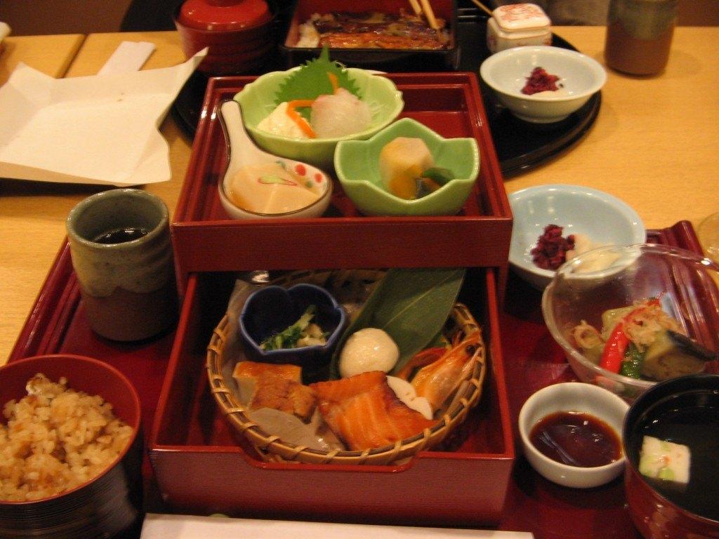 彩りも美しく京弁当。