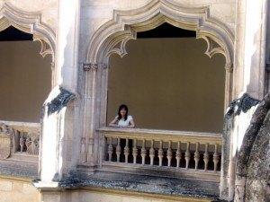パティオに面した修道院の窓