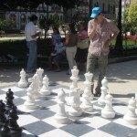 広場でチェスをする彼。この帽子はどこから??