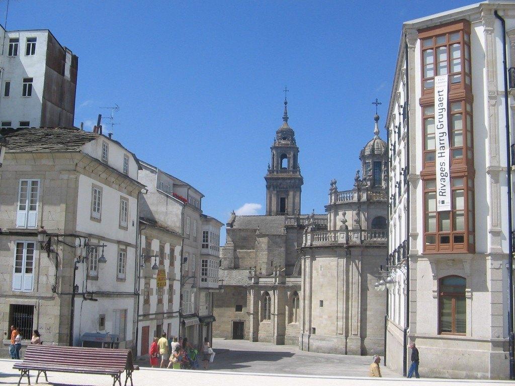 Lugoの広場。かんかん照りの太陽と石の建物で本当に暑かった!