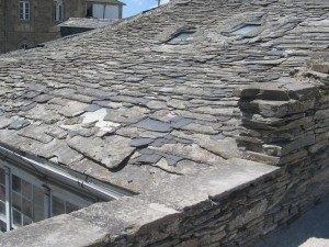 城壁を歩くと家の屋根が良く見えます。瓦が石ですね。