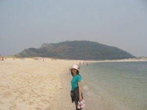 島でのお散歩。素足に穏やかな波が当たって心地よいです。