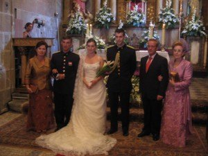 結婚式の後教会で記念撮影。