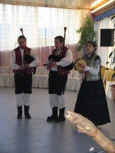 民族楽器のバグパイプによる演奏。衣装もこの土地のものだとか。さり気なくハモンの脚が入っていました。