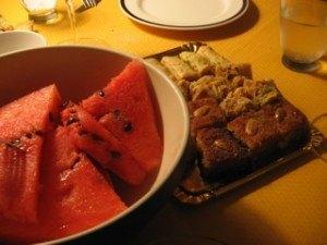 南はやっぱりフルーツが美味しいです。アラブ系のお菓子と一緒に食後のデザート。