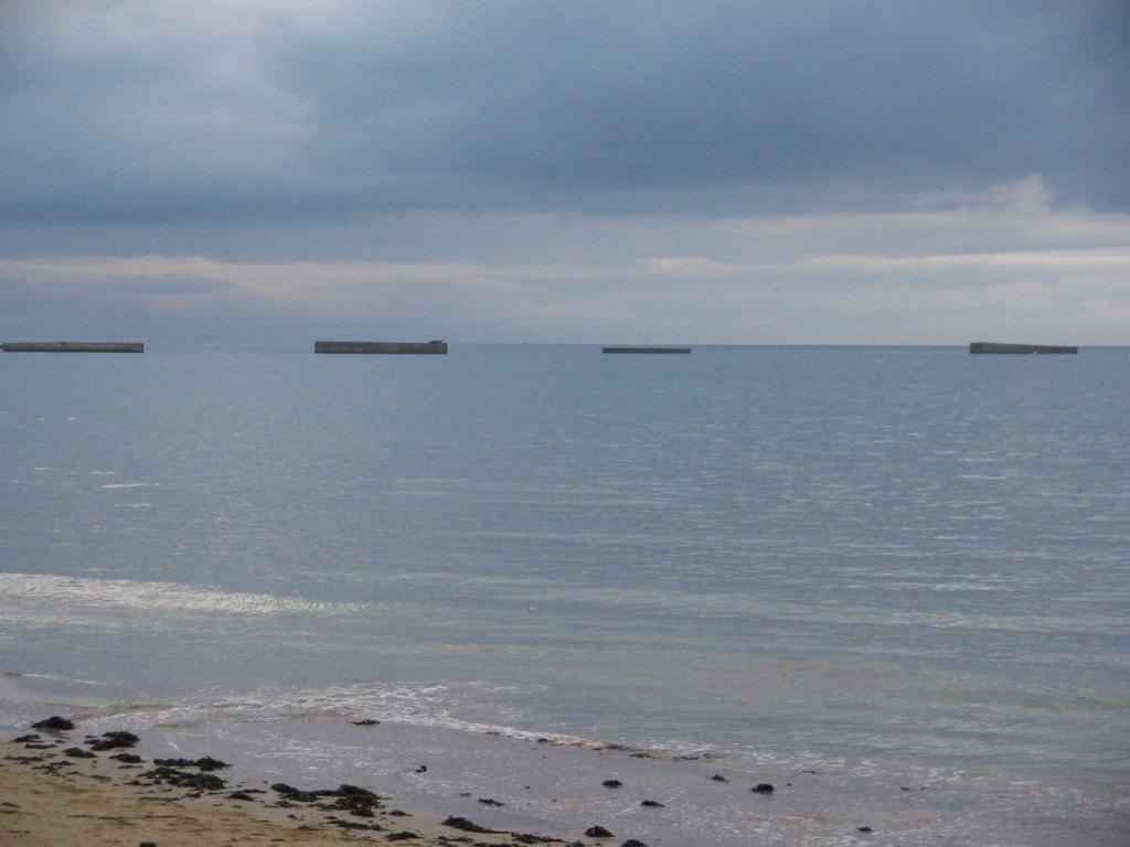上陸作戦用の戦闘機その他の燃料補給場が、敵の攻撃の届かない海上に設置されました。