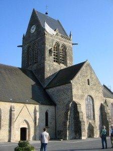 聖母教会とパラシューター。