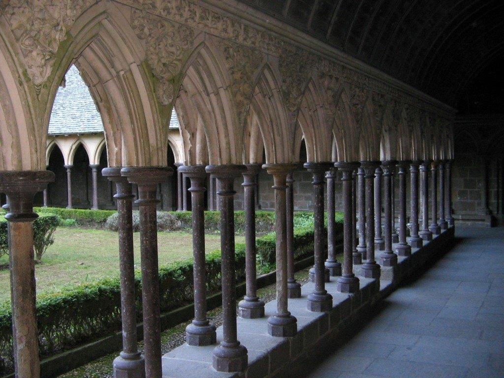 修道院の内部。おちついた中庭がありました。