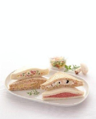 サンドイッチの数々。クリームチーズ、ルッコラ、レーズンのサンドイッチが好きです。