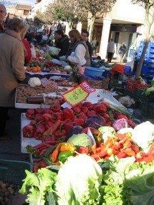 八百屋さん。野菜の色が鮮やかです。