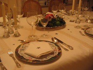 このお皿や飾り付けを見ると、テーブルセッティングって心に豊かさを与える物だなぁ・・・と思います。