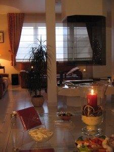 居間の様子。真ん中に見えるガラスの部分は暖炉です。