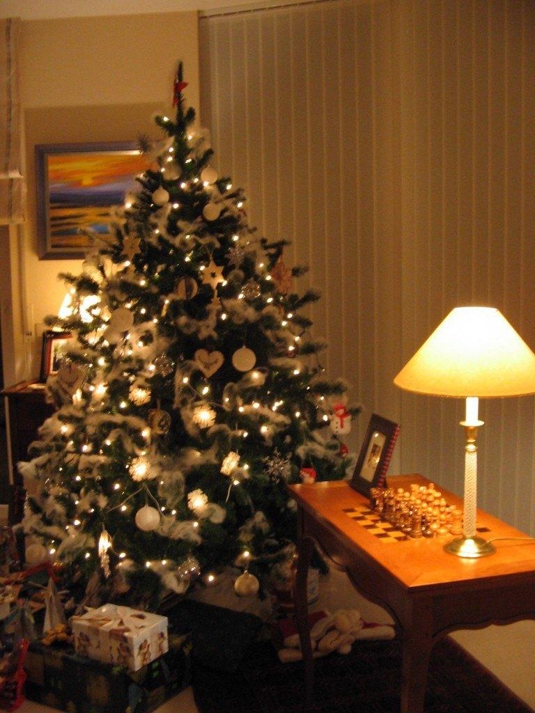 居間にあるクリスマスツリー。