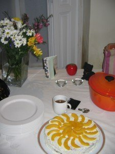 誕生日のケーキとル・クルーゼのお鍋。