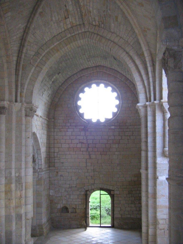 建物の中の教会部分はひっそり。。。