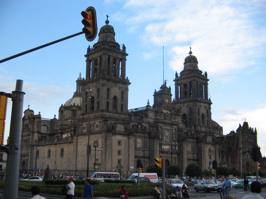 メキシコ・シティの広場ソカロ(zócalo)。UNESCO世界遺産に登録されています。