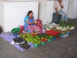 色とりどりの野菜を売るインディオの女性。