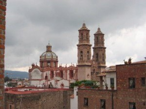 タスコ(Taxco)という銀で有名な街。スペインのコロニア建築の影響が色濃く出ています。