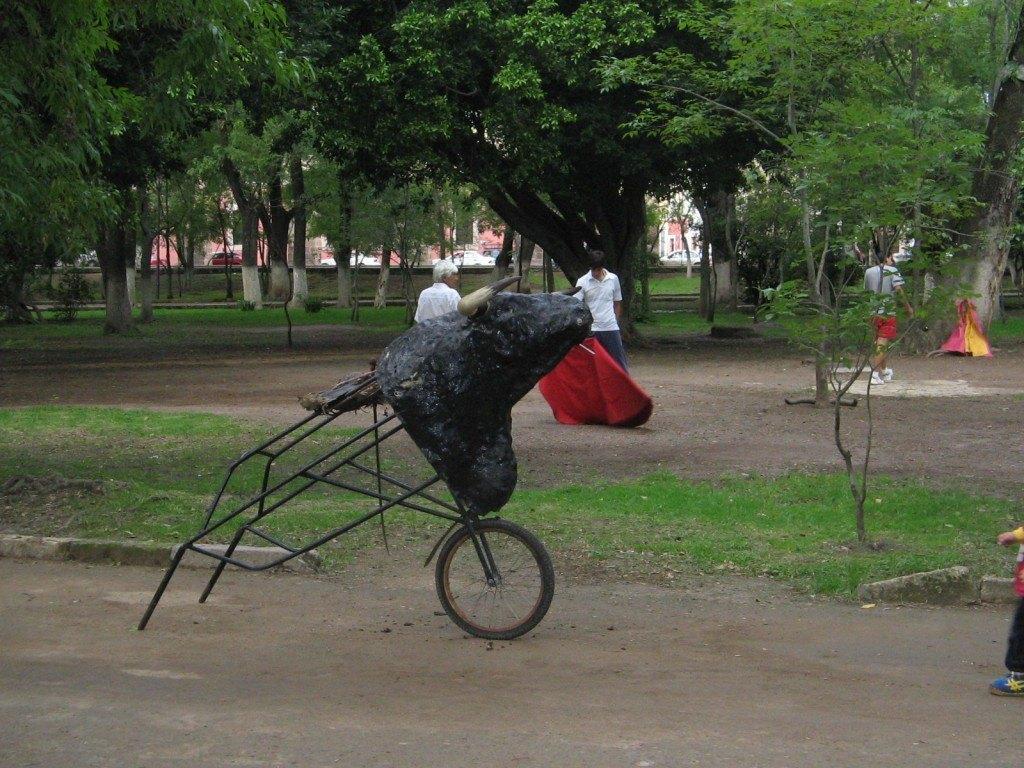 メキシコでも闘牛は人気です。闘牛の練習をしている子供達をよく見かけました。