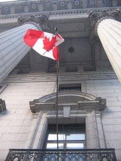 モントリオールのWorld Trade Centerに翻るカナダ国旗。
