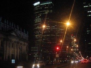 夜のモントリオール市街。教会と近代的な建物が見事に共存しているのが不思議な感じさえしました。
