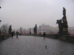 カール橋 (Kurluv Most)。朝早い時間は人も少なく、街全体が眠っているようでした。