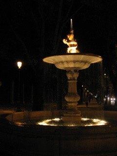 プラド美術館近くの噴水。夜のライトアップで幻想的です。