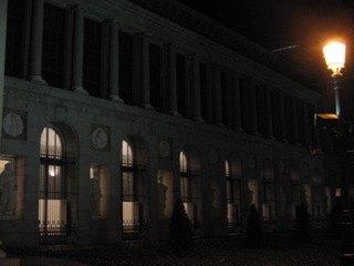 プラド美術館の正面の壁。月に照らされて孤高な感じです。