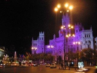 Palacio de Comunicación。郵便宮殿と呼ばれる建物で、この日は色とりどりにライトアップされていました。