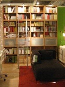 天井まで届く本棚&梯子のアイディアも好きです。