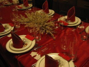 彼の叔父さん宅のディナーテーブル。すっかりクリスマスです。