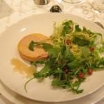 フォアグラとサラダ。上に柘榴の実を散らしました。