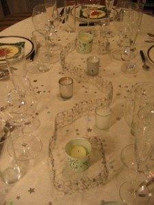 テーブルセッティング。ワイヤーとスパンコールを使って、シンプルながらも温かみのあるものになりました。