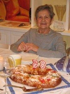Roscón de Reyesにローソクを立てて。おばあちゃんも嬉しそうです。