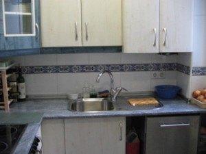 流し。スペインの主婦はこの右側のステンレスの部分でよく調理をします。まな板ってあんまり使わないみたいです。