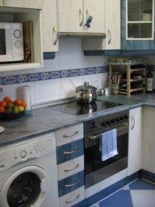 台所の様子。奥にあるのはワイン棚で、その上で手作り石けんを乾燥させています。