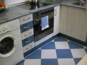 タイルの床。左端に見えるのは洗濯機です。