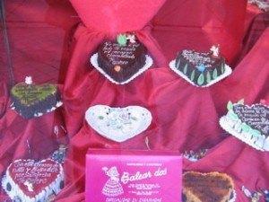 大量のバレンタイン用ケーキ