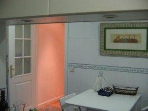 キッチンの様子。壁のタイルは実用性とデザイン性両面で素敵だと思います。
