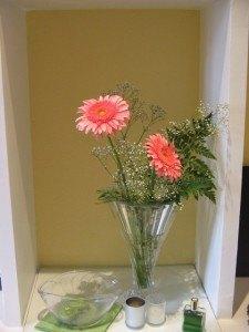 プレゼントにもらったお花。ピンク色のお陰で家が明るくなりました。