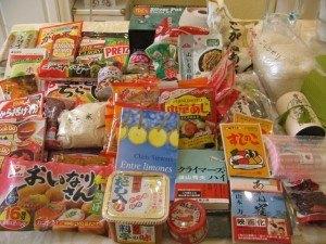 大量の日本食とプレゼントの本。皆、どうもありがとう!!