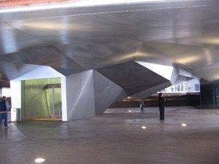 建物の足下部分。噴水や照明まで本当に独創性があります。