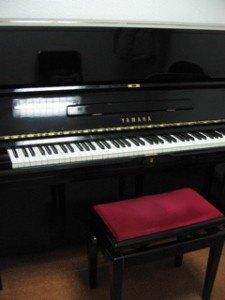 個室は狭いですが、ピアノが弾けるという喜びの前では何でもありません♪