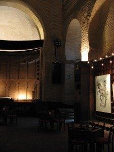 教会内部。イスラム建築の流れを色濃く残しています。