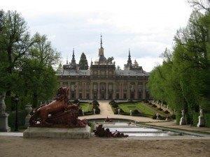 王宮の庭。噴水の形や庭園の造りが優雅で、スペイン人のフランスに対する憧れを感じました。