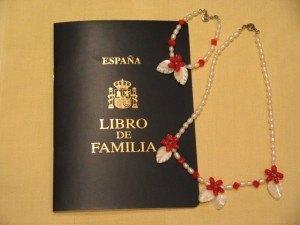 結婚式の後に裁判官から渡されたLibro de Familia。ここに子供の名前が記載されることになります。アクセサリーは真珠と珊瑚で作ってみました。