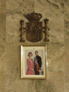 結婚式を執り行った部屋にかかっていた国王夫妻の写真