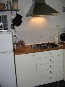 キッチン。上に棚等が何もなく、すっきりとしたスペースで清潔感があります。