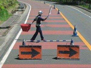 交通整理の人の巧みな旗さばきに夫は大感激。確かにこんなに上手な人は日本国外にはなかなかいませんね(笑)